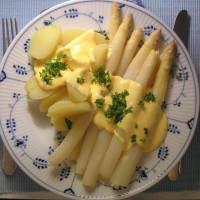 Spargel mit Kartoffeln und Sauce hollandaise