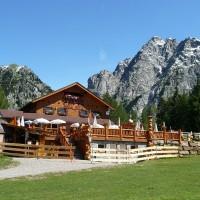urige Almhütten bieten traditionelle Köstlichkeiten in den Bergen