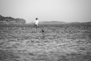 Wassersportler beim Stand-Up Paddling