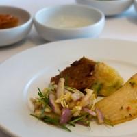 Gericht mit gegrilltem Fischfilet