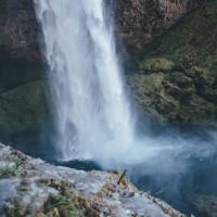 Natürlicher Wasserfall in den Alpen