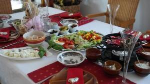 Gedeckter Tisch mit Fondueofen