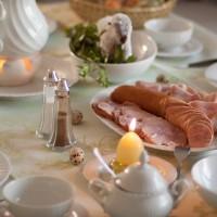 Festliche Ostertafel mit Osterlamm und Schinken