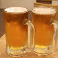 Zwei Biergläser mit Henkel