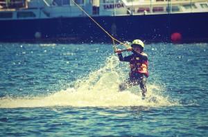 Kind beim Wasserskifahren