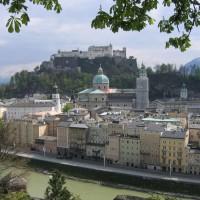 Salzburg Altstadt mit Festung und Salzach