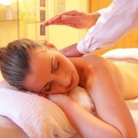 Frau entspannt während einer Massage - Seehof Mondsee