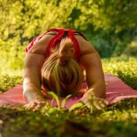 Frau beim entspannenden Yoga