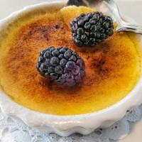 Crème brûlée mit Beeren
